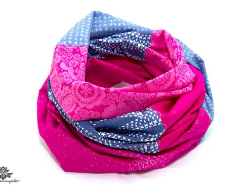 Blaues Tuch mit pink