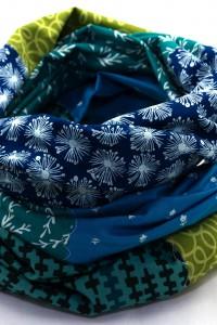 Bunte Schals und Tücher