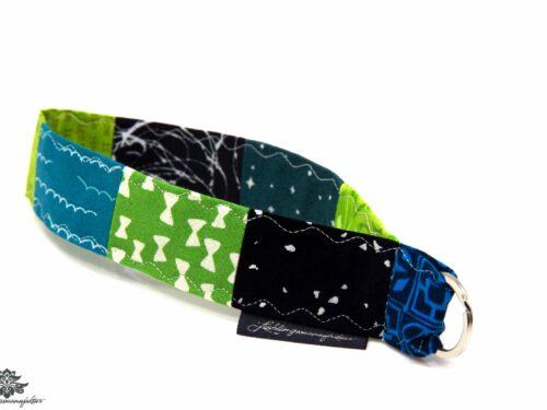 Kurzes Schlüsselband schwarz blau grün