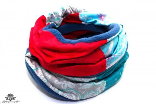 Blauer Schal rot